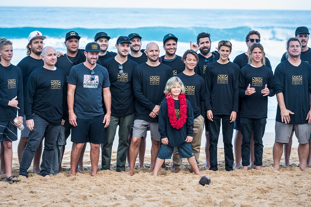 Axel Irons and the Billabong family.   © WSL / Poullenot