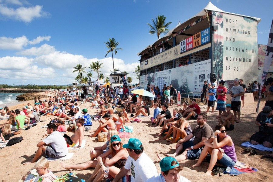 The final went down in front of a packed and excited Haleiwa Beach.   © ASP / Cestari