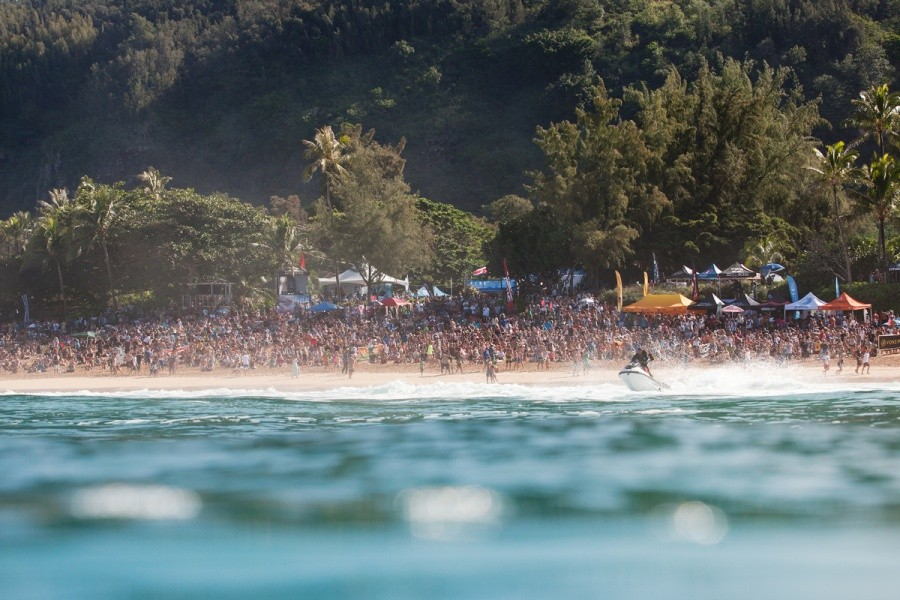 Approximately ten thousands surfing fans lined the shores of Pipeline.   © ASP / Cestari
