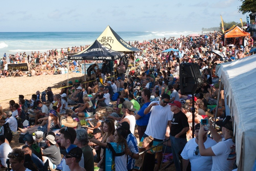 Fans, thousands strong to witness the final day of the Billabong Pipe Masters.   © ASP / Cestari