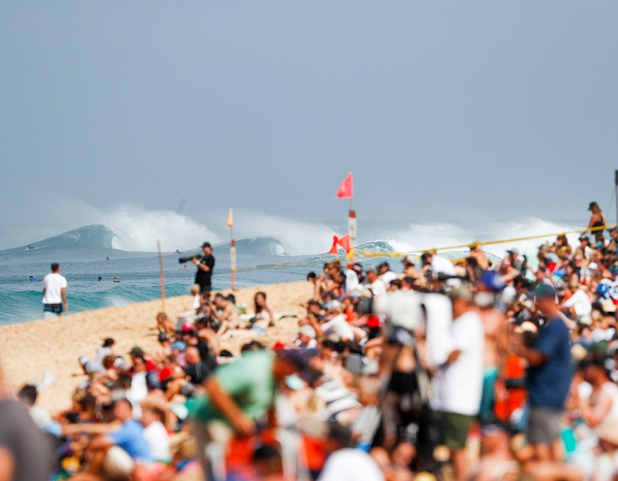 Excellent conditions for the final day of the Billabong Pipe Masters.   © WSL / Poullenot