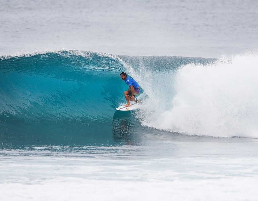 Michel Bourez winning Semifinal Heat 1 of the Billabong Pipe Masters.   © WSL / Poullenot