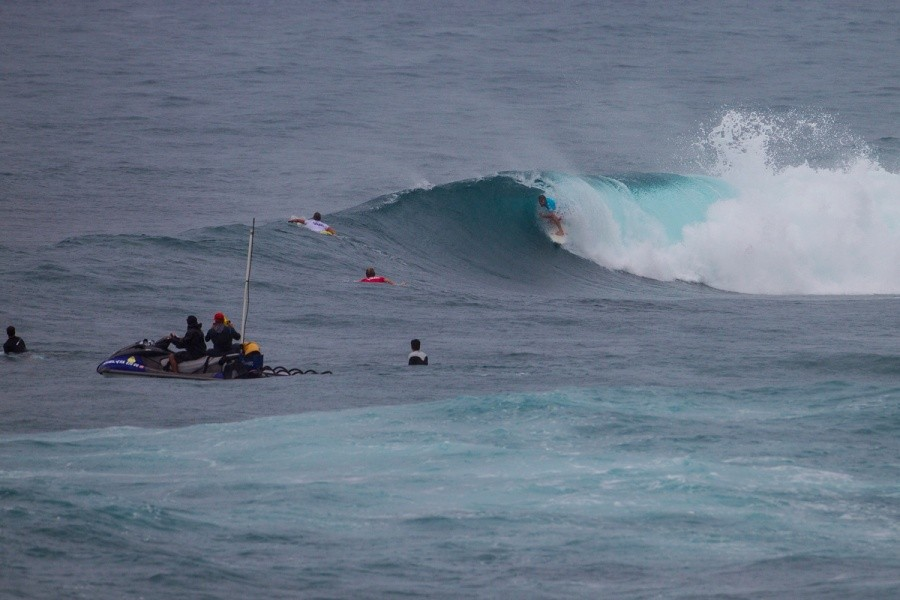Taj Burrow finding some tube time for a near perfect 9 point ride.   © ASP / Kirstin