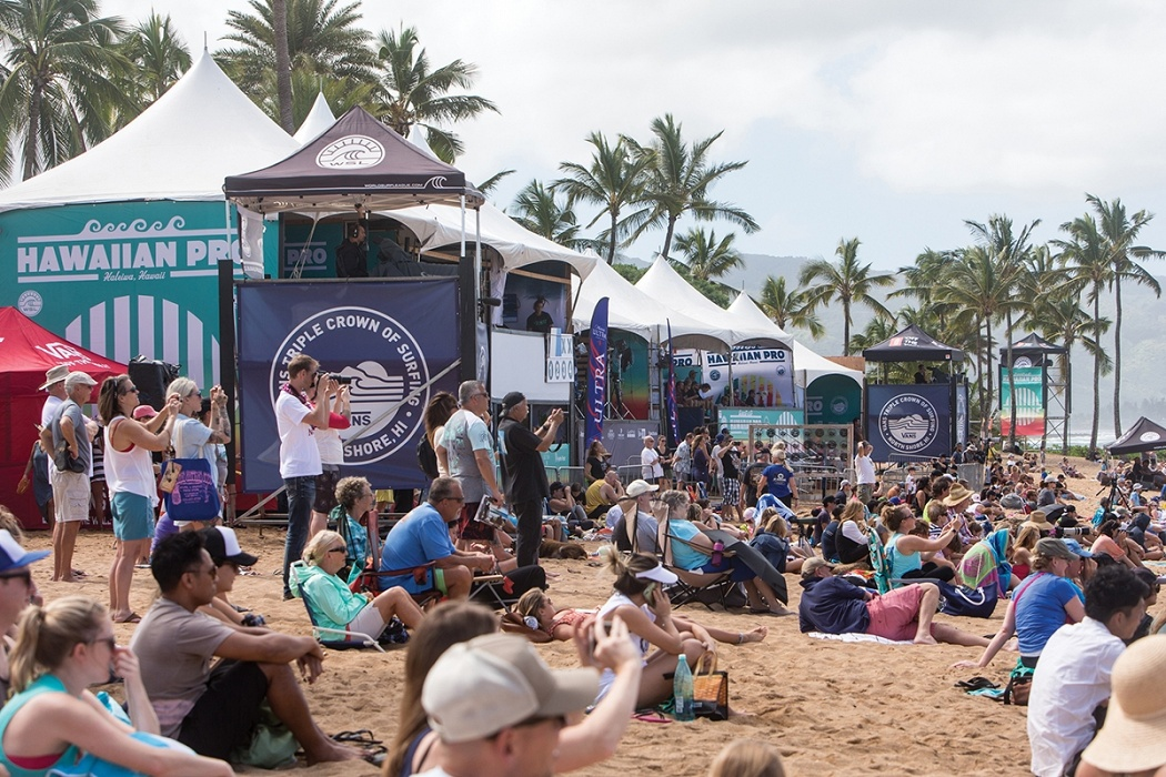 Spectators enjoy a beautiful day at Ali'i Beach Park.   © WSL / Heff