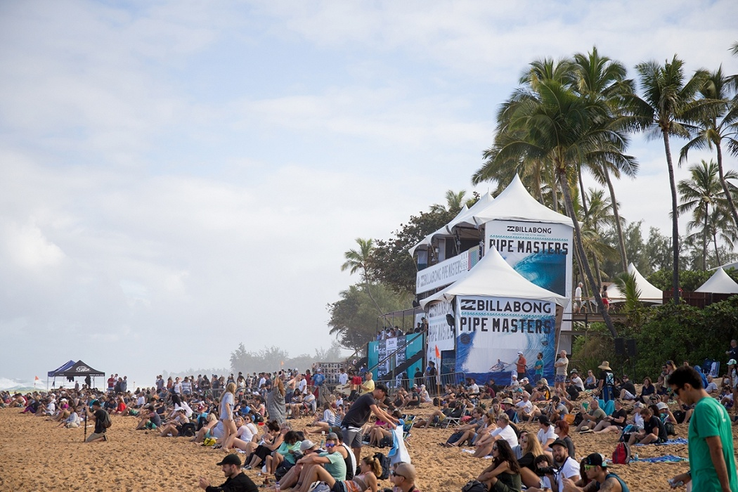 Crowds at the Billabong Pipe Masters.   © WSL / Heff