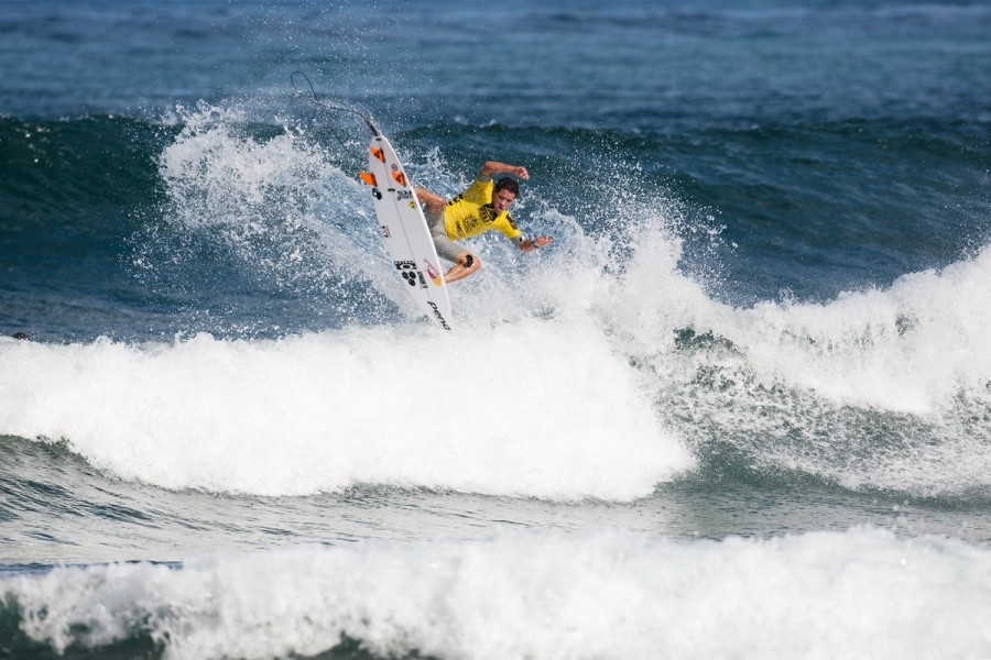 Adriano de Souza (BRA) staking claim to some Hawaiian Airline miles and a place in the Semi Finals.   © ASP / Cestari