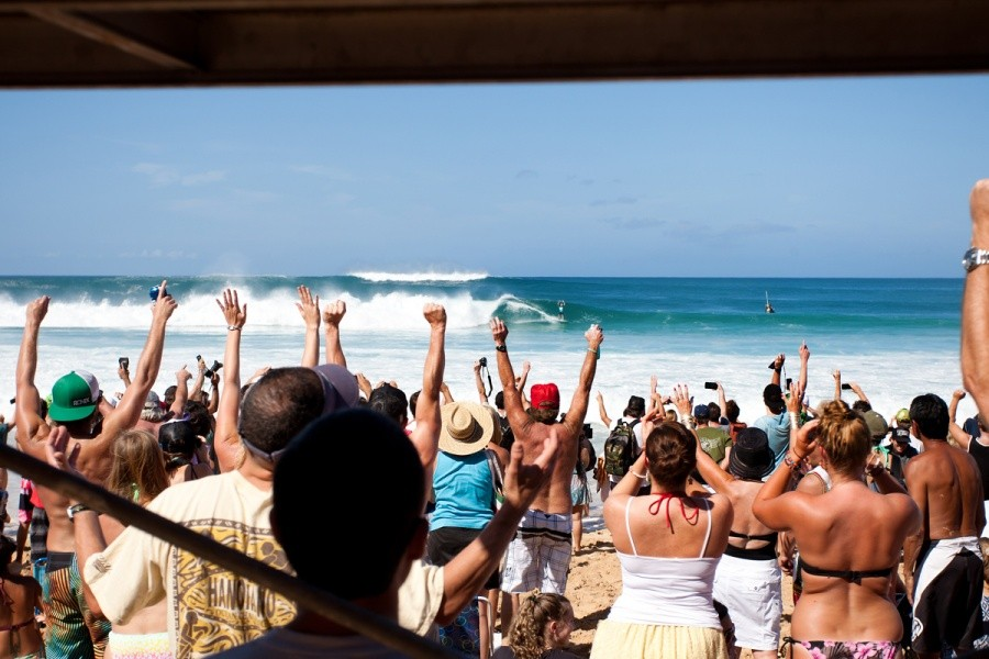 The whole beach got to their feet and erupted in cheers as Mick Fanning emerged from the tube that would hand him the ASP World Title for the third time in his career.   © ASP / Cestari
