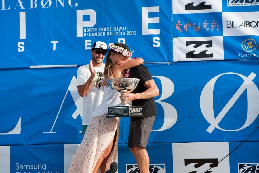 Lindie Irons congratulates Mick Fanning (AUS) on this 3rd World Title now equaling Andy's haul of three.   © ASP / Cestari