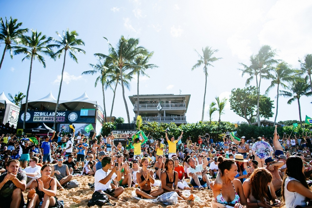 Big crowds at the Billabong Pipe Masters.   © WSL / Sloane