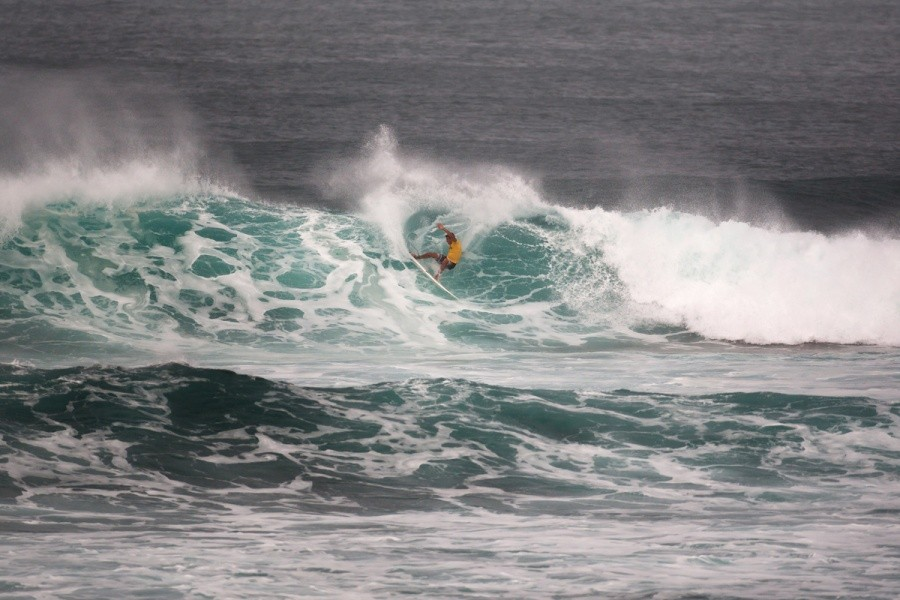 Ian Gentil (HAW) snapping over the inside bowl and into the Quarter Finals.   © ASP / Cestari
