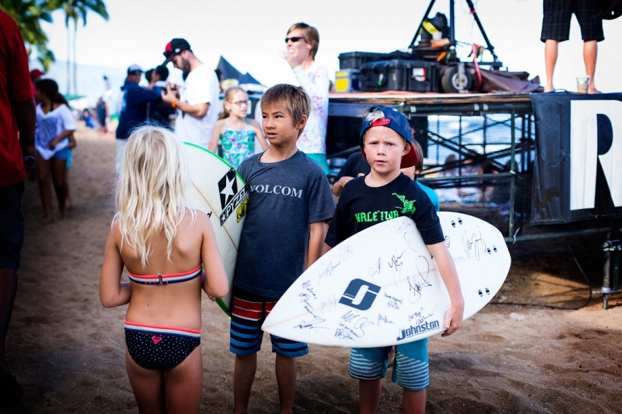 Groms having a great time collecting autographs.   © ASP / Kirstin