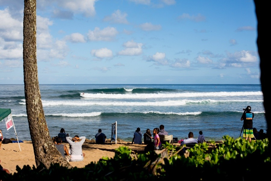 Ali'i Beach Park looking a lot more contestable on the final day.   © ASP / Kirstin