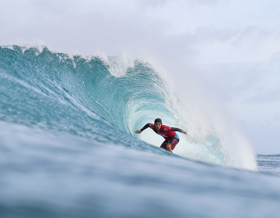 Kanoa Igarashi winning Heat 4 of Round Four of the Billabong Pipe Masters.   © WSL / Cestari