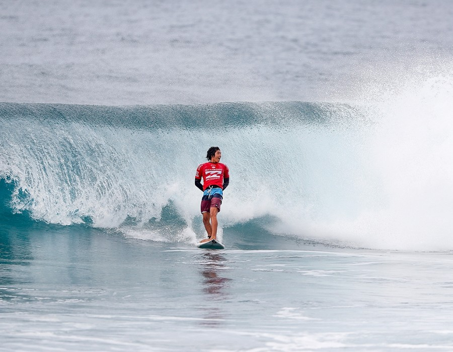 Kanoa Igarashi winning Heat 4 of Round Four of the Billabong Pipe Masters.   © WSL / Poullenot