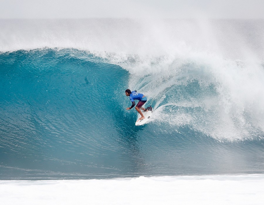 Kanoa Igarashi winning Semifinal Heat 2 of the Billabong Pipe Masters.   © WSL / Poullenot