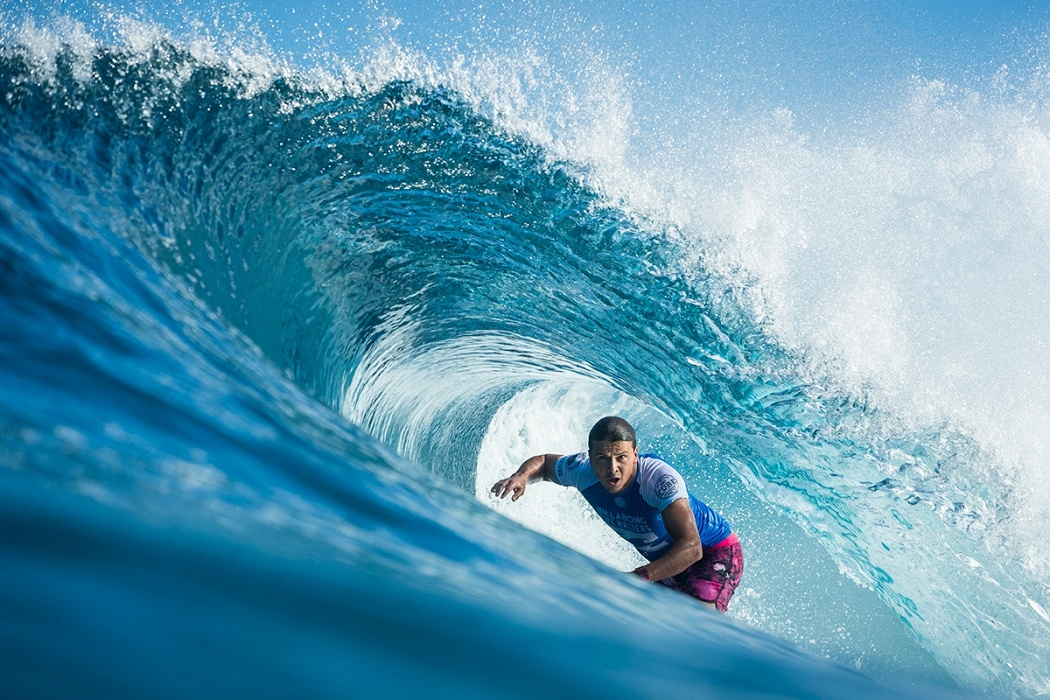 Julian Wilson saw his title hopes go down today at Pipe.   © WSL / Poullenot