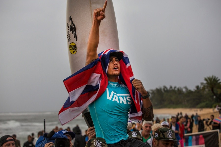 Ezekial Lau clinches the 2013 Vans World Cup of Surfing title!   © ASP / Kirstin