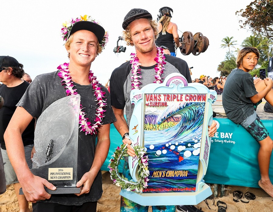 Pipe Invitational Champion Finn McGill and Vans Triple Crown Champion John John Florence.   © WSL / Cestari
