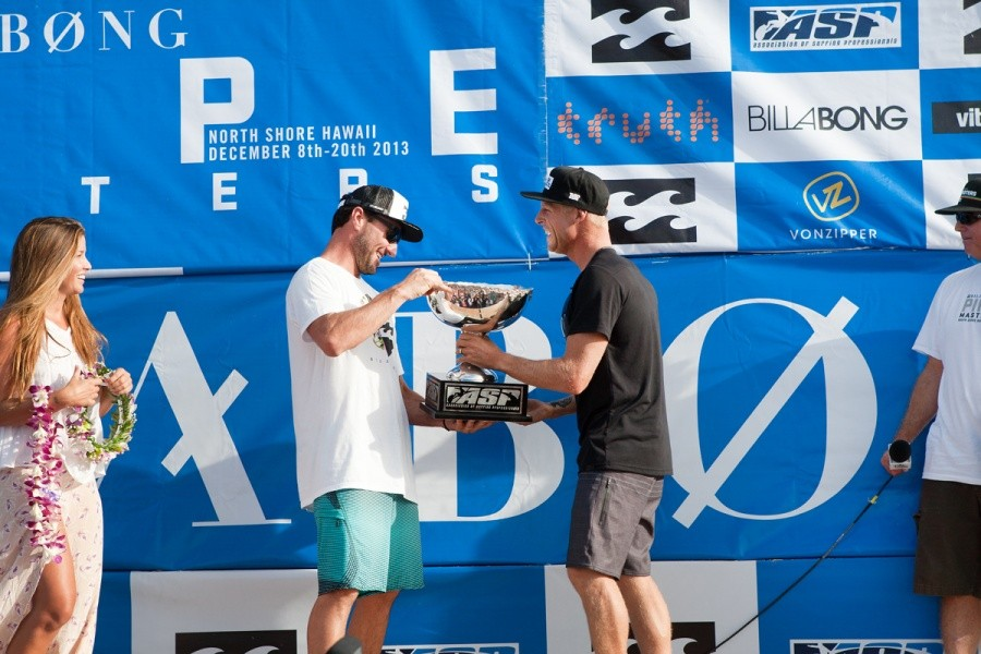 Outgoing World Champion hands over the World Title trophy to World Champion and good friend Mick Fanning (AUS).    © ASP / Cestari