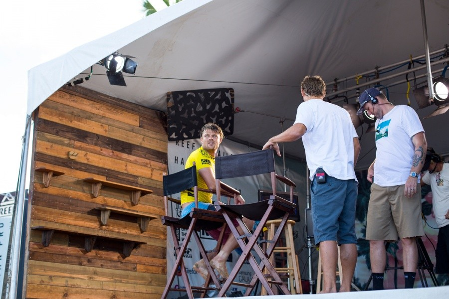 Dane Reynolds keeping an eye on his competition despite winning his Quarter Finals.   © ASP / Kirstin