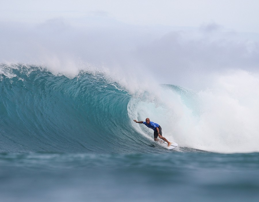 Kelly Slater placed third in Heat 4 of Round Four of the Billabong Pipe Masters.   © WSL / Cestari