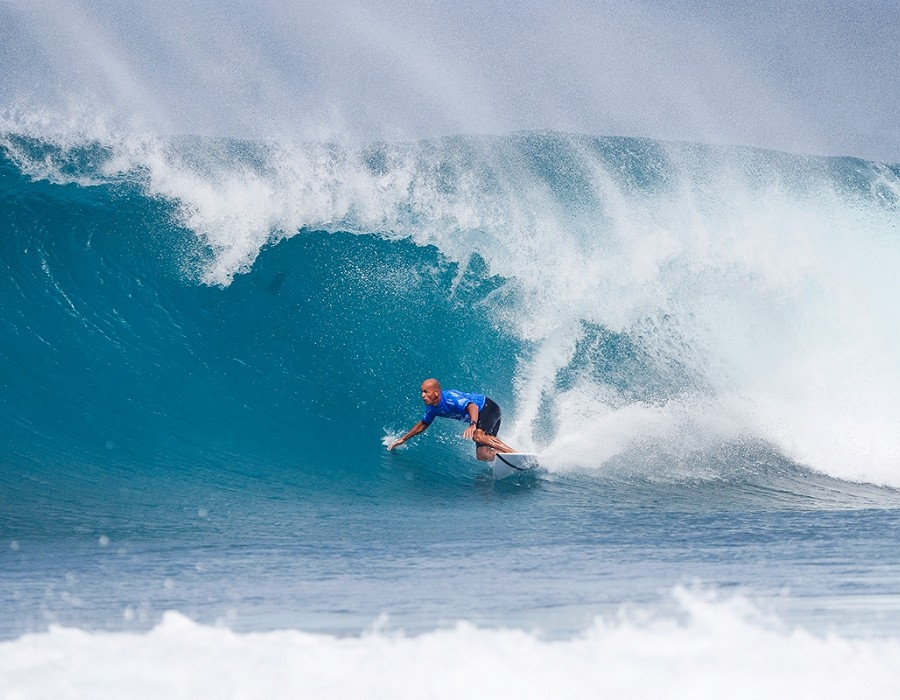 Kelly Slater winning Heat 3 of Round Five of the Billabong Pipe Masters at Pipeline.   © WSL / Poullenot