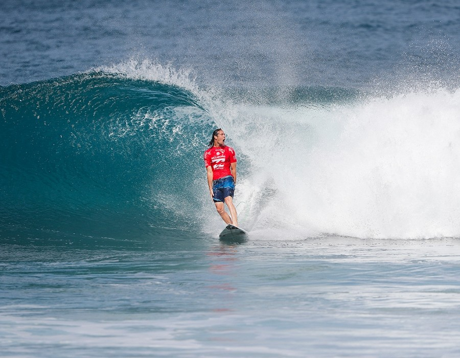 Jordy Smith winning Heat 4 of Round Five of the Billabong Pipe Masters.   © WSL / Poullenot