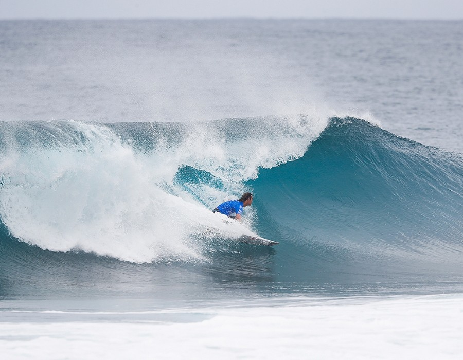 Jordy Smith surfing in Quarter Final Heat 4 of the Billabong Pipe Masters.   © WSL / Poullenot