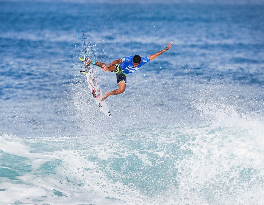 Filipe Toledo takes it to the air.   © WSL / Poullenot