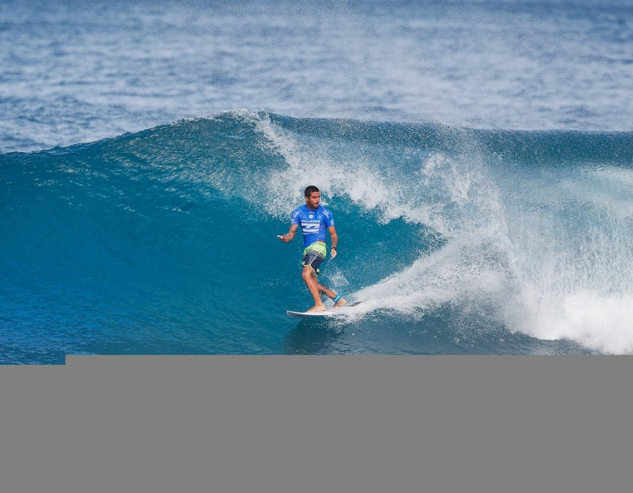 Filipe Toledo scored a perfect 10 in Heat 2 of Round Five of the Billabong Pipe Masters.   © WSL / Poullenot