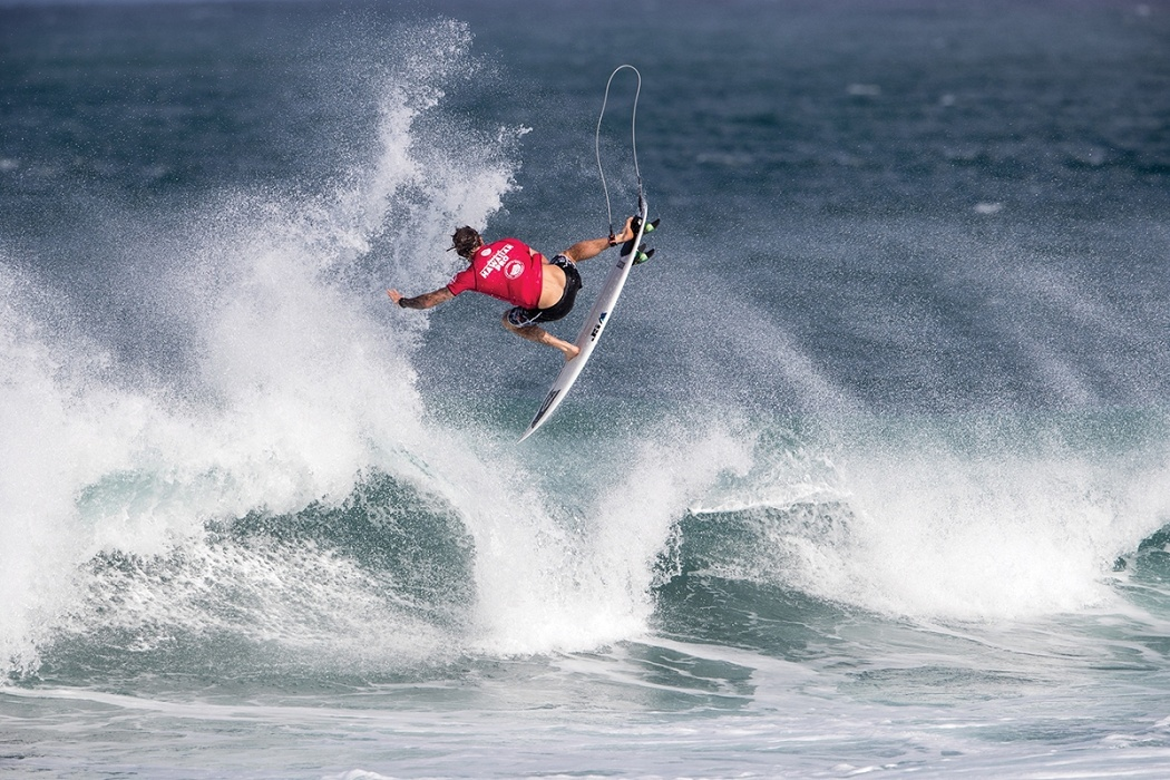Mikey Wright of Australia places fourth and is eliminated in heat 5 round two.   © WSL / Heff