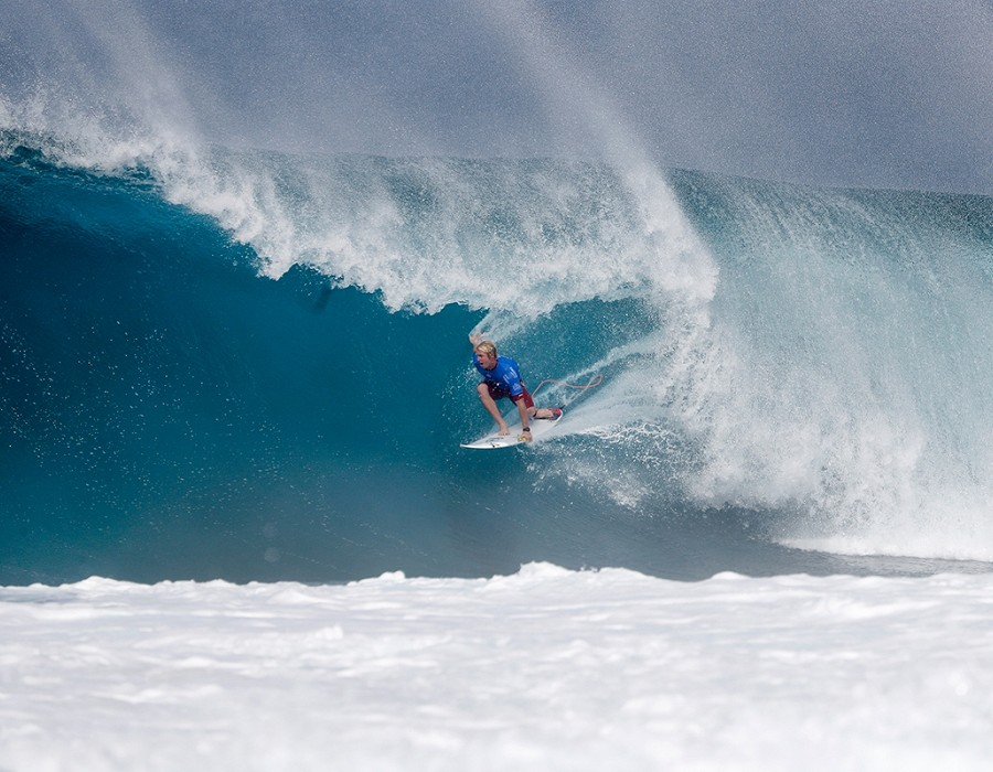 Nat Young placed second in Heat 4 of Round Five of the Billabong Pipe Masters.   © WSL / Poullenot