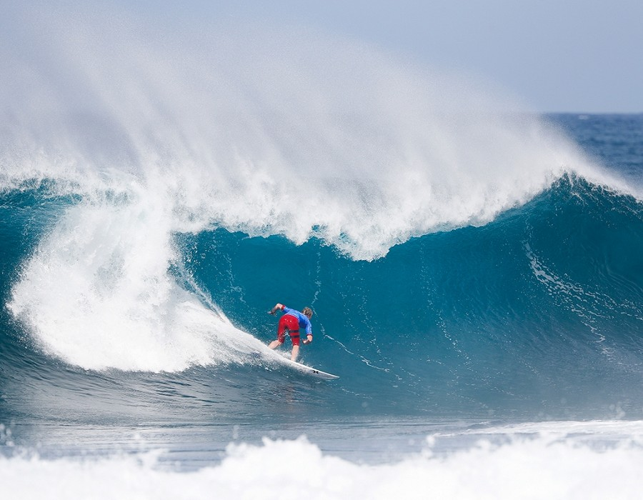 Nat Young on a rare Pipeline wave.   © WSL / Poullenot